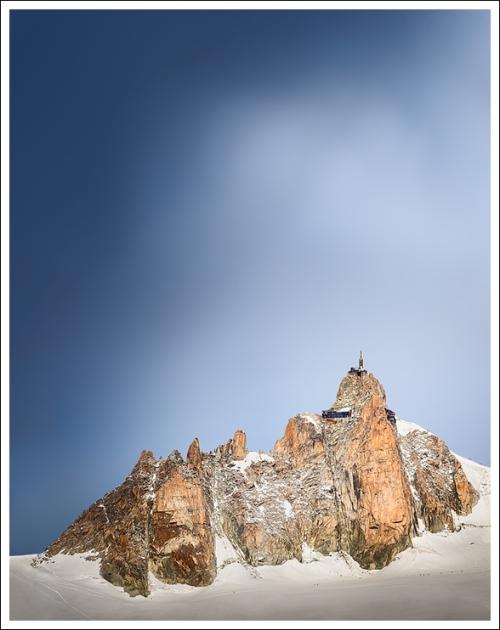 Sulla cima una torre, sul punto più alto si è costruito, forse per essere più vicino agli astri, al cielo.